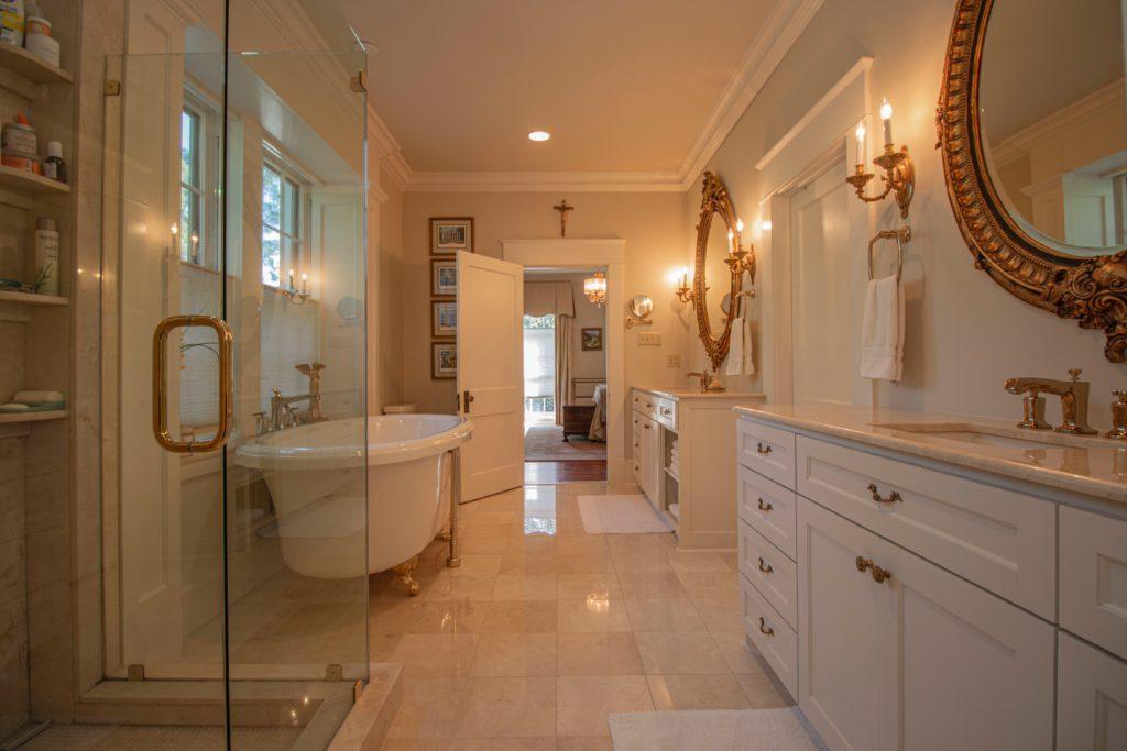 Altbausanierung Badsanierung Küche Schrankraum Badezimmer Neoklassik Barock Einrichtungsstil Möbel Design