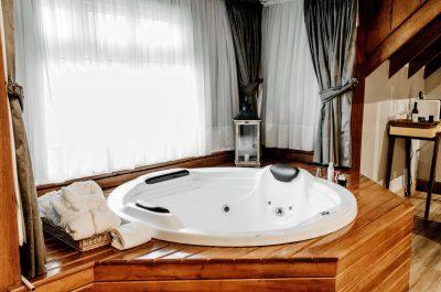 Altbausanierung Badsanierung Küche Schrankraum Whirlpool Badewanne Holzverkleidung