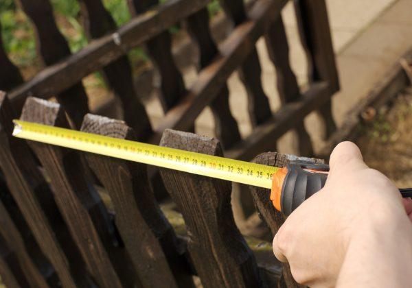 CNC Trennwand Sichtschutz Zaun Maßband messen Tischlerei Zimmerei
